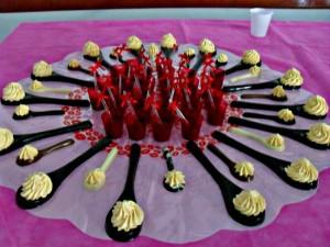 Mesa com colheres de chocolate e creme de maracujá