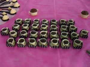 Xicaras de chocolate branco com recheio de trufa