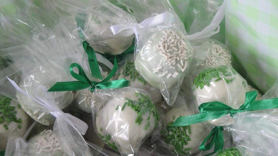 Detalhe do mini pão de mel em chocolate branco e verde