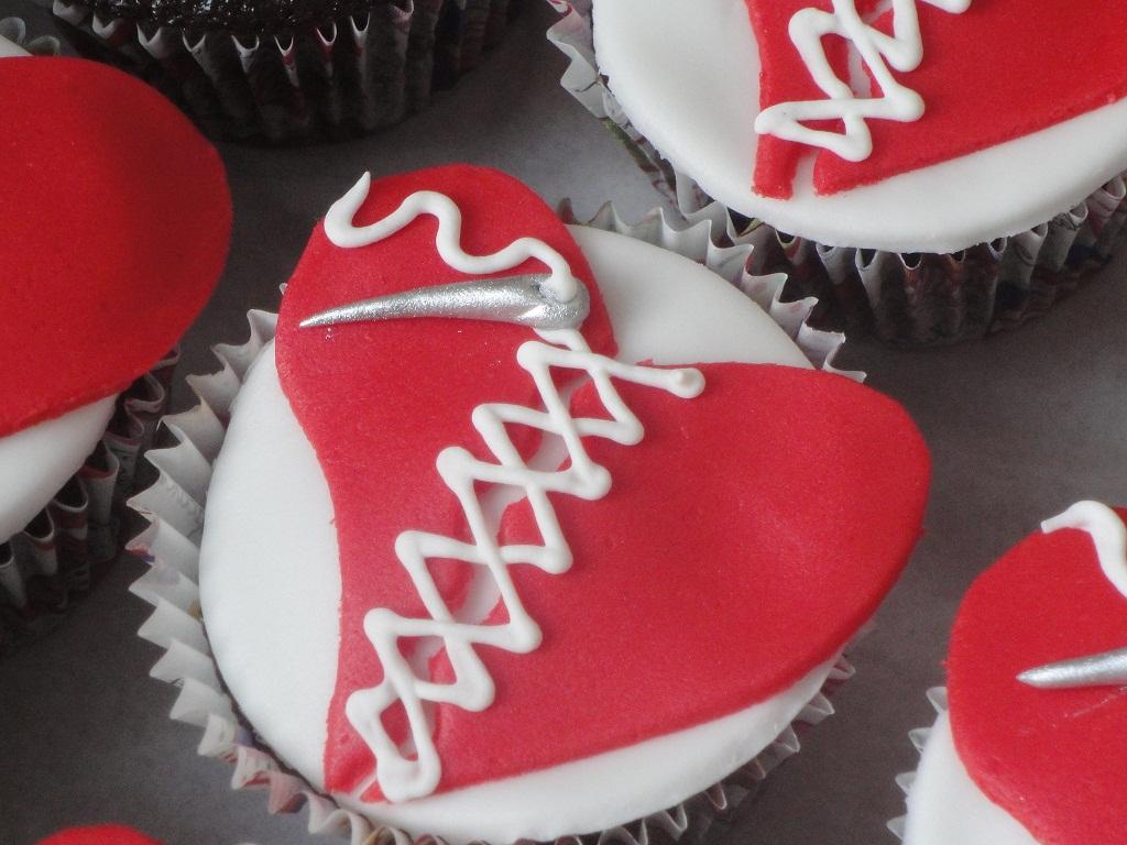 Cupcake de chocolate com recheio de brigadeiro e maracujá