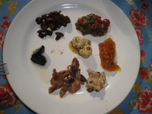 Meu prato de degustações - alho negro, patê de gorgonzola com alho negro, shimeji com alho negro, chutney de manga, vinagrete de lentilha - todos deliciosos!
