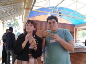 O Pedro e a Lívia do blog Me passa o cardápio! Experimentando o brigadeiro de banana